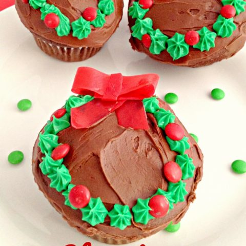 Need a Christmas dessert for a party? These Christmas Wreath Cupcakes are easy and delicious!